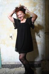DSC_5202 (dina.elle) Tags: donna woman rossa riccia capelli ridere divertimento simpatia gioco allegria nero black pizzo trasparenze fotografia