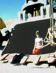 LA BELLA E IL MOSTRO (ADRIANO ART FOR PASSION) Tags: cile miniera chiquicamata rame diapositiva 1983 olympus om2 epson v550 escavatore pala donna woman excavator