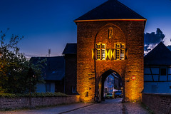 Alt-Kaster (Renate Bomm) Tags: night bluehour gate historic morgen morning kaster stadt ort renatebomm bedburg blue 2015 365 unesco historisch denkmalsschutz flickrunitedaward altkaster somethingblue felana longexposer blau blauestunde gebäude architektur thegoldengallary goldengallary ligths golden oro dusk dämmerung weather coloursoftheworld denkmalschutz beautifulcapture goldenvisions visiongroup thegoldendreams
