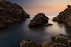 Entre las rocas (Carpetovetón) Tags: atardecer anochecer agua costa cantábrico cielo mar marcantábrico marina largaexposición longexposure paisaje landscape multiexposición nikond610 nikon1835 castrourdiales cantabria españa