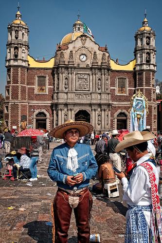 Vaquero en frente de la antigua basílica