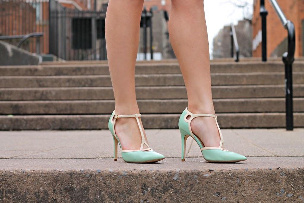 2Phụ nữ khi du lịch Hong Kong không nên mang giày cao gót để tránh đau chân do phải đi bộ nhiều.
