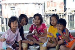 children (the foreign photographer - ฝรั่งถ่) Tags: five children one eating noodles bowl khlong thanon portraits bangkhen bangkok thailand canon kiss 400d