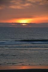 Coucher de soleil Mimizan plage (laurence.saou) Tags: orange rouge vacances soleil couleurs coucher ciel soir vagues plage mimizan feu coucherdesoleil ocan