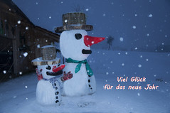 Viel Glück (Mariandl48) Tags: schneemann schneemänner schneefall schnee landschaft sommersgut wenigzell steiermark austria vielglück neujahrswünsche
