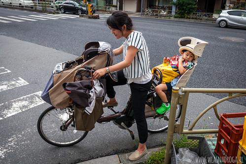Mama z dwójką pociech na rowerze