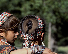 ACCONCIATURE (ADRIANO ART FOR PASSION) Tags: pakistan 1984 kafiri kafiristan donne costume women acconciature hairstyle adorni ragazze girls