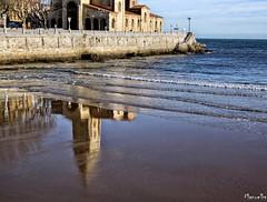 Clásica. (Manuelbv) Tags: clásica reflejo gijón xixón playa monumento agua construcción arena muro aire libre airelibre mar