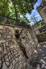 Passe muraille - Montmartre dans les traces d'Amlie Poulain (sylvain.landry) Tags: paris canon photography eos photo bestof photographie montmartre moulinrouge landry photographe amliepoulain sacrecoeur 5dmarkiii sylvainlandry wwwsylvainlandrycom