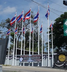 super patriots? (the foreign photographer - ฝรั่งถ่) Tags: flags lawyers council pole phahoyolthin road bangkhen bangkok thailand sony rx100 eleven