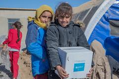 Aya (izquierda) y Sarah (derecha) huyeron del conflicto en Mosul y llegaron al campo de  desplazados de Khazir en Ninewa. (NoticiasONU) Tags: displacedchildren displacedpeople displacementcamp internallydisplacedperson iraq