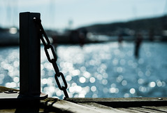 At the pier (Bokeh Olympus 45mm 1.8) (www.carbonat380.de) Tags: 18 45 45mm detail gx7 lumix mzuiko mft microfourthirds olympus panasonic panasonicgx7 bokeh harbor kette micro pier steg sweden travel travelphotography