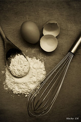 Cooking (photoschete.blogspot.com) Tags: canon 70d eos 50mm cooking cocinar reposteria huevos eggs harina flour batidora espumadera wishk sepia monocromo blackwhite cuchara spoon madera wood