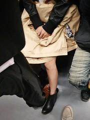 火車上一些肢體互動總是很有趣,男生的腿靠女方很近,女方一度玩起了用兩條腿夾男方一條腿,上下滑動,要老納眼睛往哪裡擺呀(羞 XD (Chuck Chiang) Tags: chuck chiang