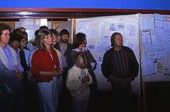 HdJ Kro 15. Jubiläum (03) (Rüdiger Stehn) Tags: analog 35mm deutschland europa slide indoor dia menschen scan fest 1985 schleswigholstein feier norddeutschland mitteleuropa jubiläum youthclub hausderjugend innenaufnahme analogfilm kronshagen kleinbild minoltasrt100x canoscan8800f kbfilm 1980er diapositivfilm jugendtreffaktivität hausderjugendkronshagen 15jubiläum