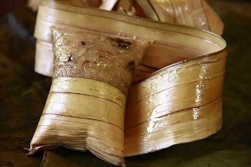 2Lá dừa chính là nguyên liệu đặc trưng tạo nên hương thơm hấp dẫn của bánh