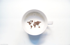 * (palaabrasusadas...) Tags: world earth tierra planeta mundo café leche coffee milk taza cup montaje photoshop edición magia magic blanco claro claridad luz light