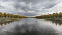big sky reflected (Cranswick852) Tags: 2958 canon canon5d canon5dmk3 canon5dmkiii ef2470mmf28liiusm hamptoncourtpalace statelyhome palace sky lake reflection reflections autumn fall