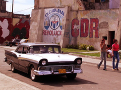 CDR e a cena urbana (Carlos Alkmin) Tags: old city art classic ford vintage nikon time antique havana cuba lifestyle nostalgia age coche classics 1957 carro classical past  tempo passado velho fairlane vintagecars 1959 cubans oldtime oldtimes antigo caribe lahabana cubanos cubastreets