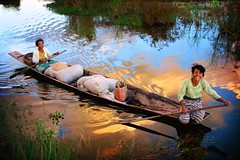 golden glide (phitar) Tags: sky lake reflection boat women topf75 asia 2000 market burma paddle myanmar inle pirogue phitar