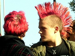 Max mit rotem Mdel (Rosebud 23) Tags: red rot freeassociation hair frisur youngster iro punks haare punker irokesenschnitt irokese jugendliche jugendlicher