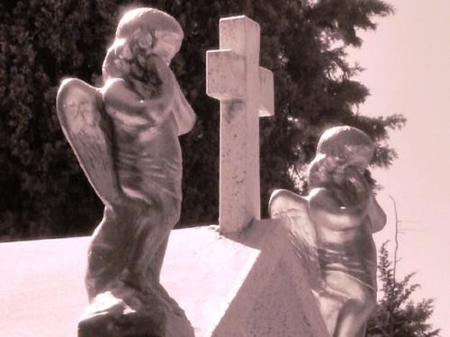 angeles de la guarda. Angeles de la guarda. Casi al final de mi paseo por el panteón de Morelia, descubrí estos dos pequeños ángeles resplandecientes.