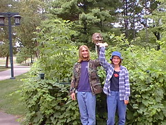 Holding up a head at Minnehaha Park (Jim Rohrer) Tags: minneapolis minnesota vacation 2001 mississippi minnehaha