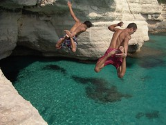 Two boys jumping & diving. Dos chicos saltando al agua.