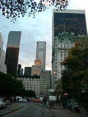 Grand Army Plaza (Jim Lambert) Tags: 2005 nyc newyorkcity usa ny newyork november2005 buildings us autumn2005 skyscrapers centralpark manhattan fall2005 theplaza centralparksouth grandarmyplaza bergdorfgoodman crownbuilding solowbuilding november112005 11112005 11november2005 hansomcabs hansoncab