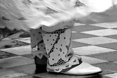 Dia da Baiana - Detalhe PB (Patricia Carmo) Tags: blackandwhite bw feet foot blackwhite legs canon20d mulher pb bahia salvador ps pernas blacknwhite baiana p pretoebranco allrightsreserved pelourinho pretobranco feminino festaspopulares pel blackwihte diadabaiana patriciacarmo patrciacarmo