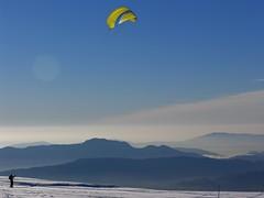... muss die Freiheit wohl grenzenlos ... (_Carmen_) Tags: wolken clouds himmel heaven sky winter reiseblog alps alpen savoie france blue blau gelb yellow kite surfing kitefly top