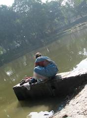 Kabristan Calcutta - IMG 0450 e (Eric.Parker) Tags: 2005 woman india 3 girl children women child cemetary ak number bengal washing calcutta kolkatta westbengal vk amirkhan gobra vilayatkhan kabristan 50millionmissing