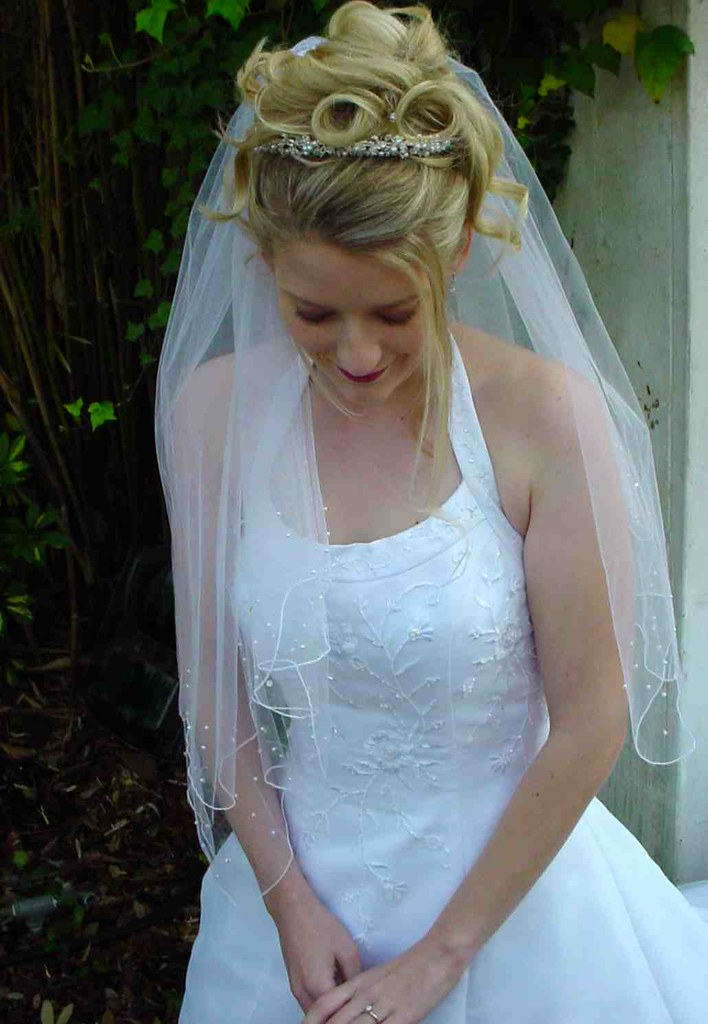 Some are looking for simple and convenient in wedding hairstyle so that they