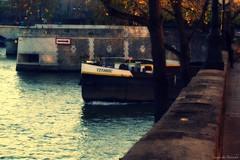 Contresens ? (Loran de Cevinne) Tags: pentax paris seine berges péniche titanic france