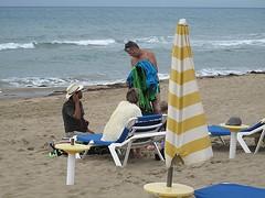 Tentata vendita. (sangiopanza2000) Tags: venditore seller sangiopanza spiaggia beach ombrellone mare sea