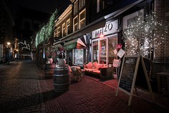 Nightly Special (McQuaide Photography) Tags: haarlem noordholland northholland netherlands nederland holland dutch europe sony a7rii ilce7rm2 alpha mirrorless 1635mm sonyzeiss zeiss variotessar fullframe mcquaidephotography lightroom adobe photoshop tripod manfrotto night nacht nightphotography stad city urban lowlight architecture outdoor outside illuminated street straat warmoesstraat window wideangle wideanglelens groothoek building longexposure oldstreet old oud character traditional authentic streetlight atmosphere sfeer christmas kerst winter emptystreet deserted nopeople cobblestone cobbles metzo restaurant shadow light licht