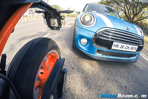 KTM-RC-390-vs-MINI-Cooper-04