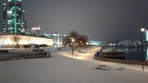 Paseo del Río Svilach y Palacio de los Deportes. Calle Praspiekt Pieramozcau. Minsk (Bielorrusia).
