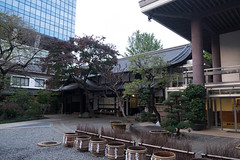 Courtyard (Dominic Sagar) Tags: 2016 fujifilm japan t050 t100 t200 xt1 bucket shrine water shinjukuku tōkyōto jp