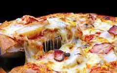 Έχετε αναρωτηθεί γιατί οι πίτσες μπαίνουν σε τετράγωνα κουτιά ενώ είναι στρογγυλές; Αυτή είναι η απάντηση…!0