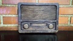 Rádio a lenha (José Argemiro) Tags: velhostempos madeira rádio decoração olddays wood firewood parede tijolo brick wall woodwork trabalhoemmadeira arte marcenaria