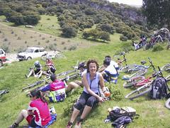 Tomando fuerzas para continuar (Micheo) Tags: rutahiponova mayo 2003 bici bicicleta bicicletas bicycle cycling montefrío peñadelosgitanos recuerdos memories mybikeandi mtb btt mountainbikes