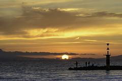 Atardecer pescando. (rmfly) Tags: sunset winter sea mar nikond800e nikkor7020028gvrii mallorca nubes sol