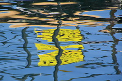 carré jaune sur fond bleu (tableaux.imaginaires) Tags: sea mer abstract reflection art nature water colors eau natural reflet ripples astratto reflexion reflets couleur reflejos abstrait spiegelungen reflessi fondbleu carréjaune boatrflections