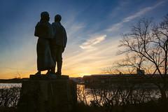 Utvandrarna (Ludwig Sörmlind) Tags: sculpture blue warm sunset bth solnedgång blekinge karlshamn näsviken yellow statue karloskarkristina blekingelän sverige se