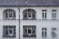 Dicke Flocken (Panasonikon) Tags: lensbaby sweet35 unschärfe sonya5000 panasonikon fenster gebäude explore schnee snow