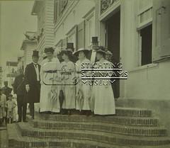 Groepsportret op stoep gebouw Koloniale Staten