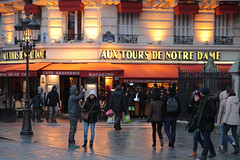 Cafe Brasserie Macaron (Toni Kaarttinen) Tags: people paris france night walking lights evening cafe frankreich frana notredame frankrijk prizs francia iledefrance parijs parisian brasserie pars  parigi frankrike macaron  pary   francja ranska pariisi  franciaorszg  francio parizo  frana