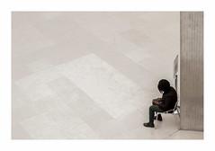 Là (hélène chantemerle) Tags: intérieur louvre murs musées paris sol soussol beige vide pilier chaise personnage wall flooring pillar chair people waiting emptiness white blanc