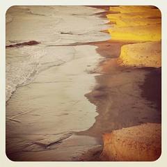 Necesario como las caricias de la arena en verano... embriagador como el olor del salitre en otoño... inprenscindible como los rayos de sol  en invierno... cautivador como el color de la primavera...